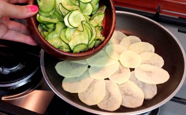 Добавили в жареную картошку кабачок и сыр. Из скучного гарнира получился сочный пирог
