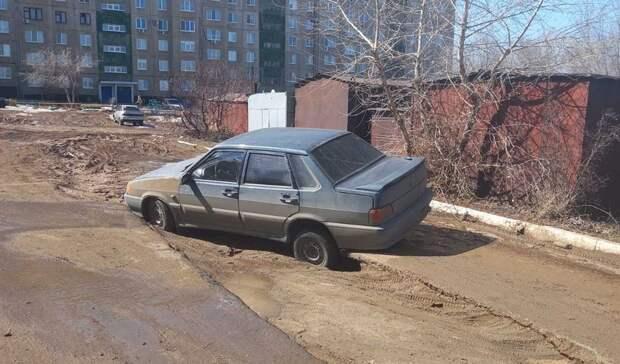 В Орске легковушка провалилась в яму на дороге