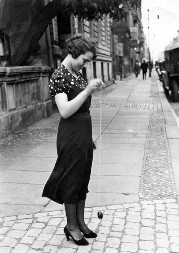 Девушка с йо-йо, Берлин, 1920-е Стиль, винтаж, двадцатые, женщина, мода, прошлое, улица, фотография