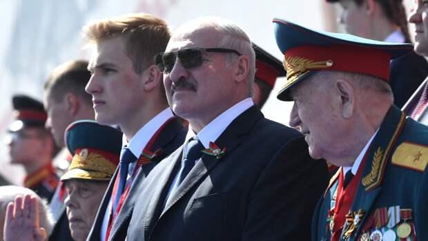 Лукашенко вместе с сыновьями возложил венок к монументу в Минске
