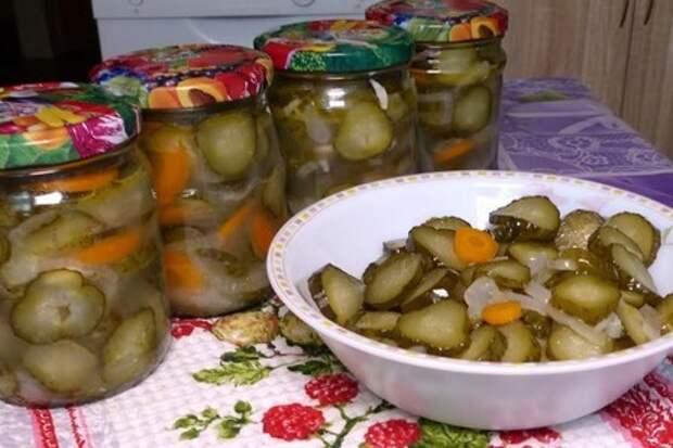 Фото к рецепту: Закусочный салат из огурцов на зиму