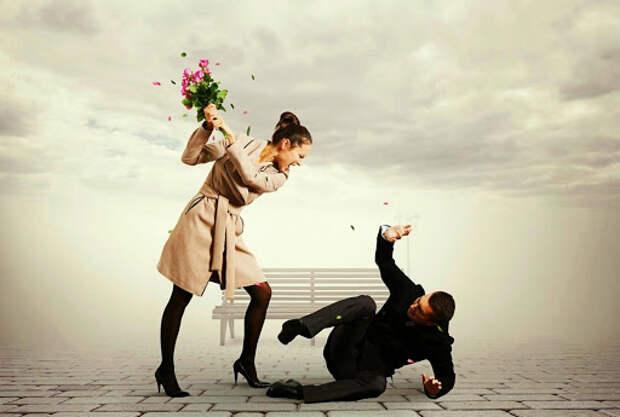 девушка бьет парня букетом роз