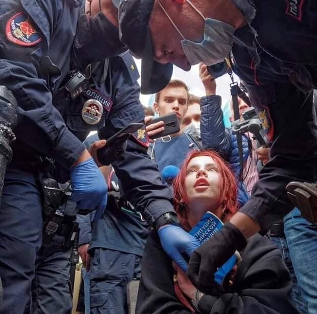 Активистка Афанасьева ублажила помощника Резника на набережной в центре Петербурга