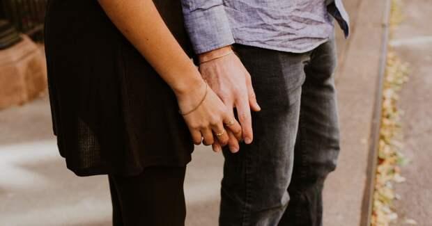 Пара, девушка и парень держатся за руки