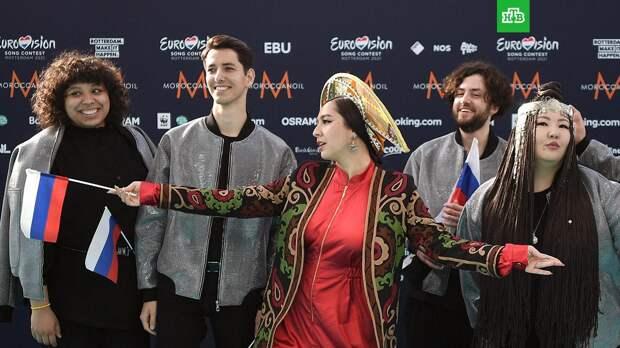 Manizha появилась на открытии «Евровидения» в парче и оранжевом кокошнике
