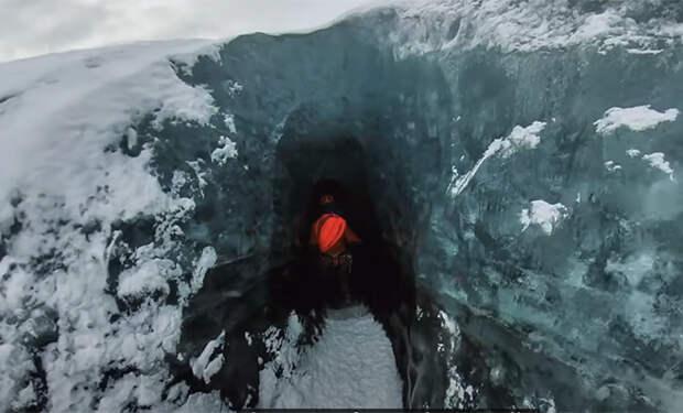 Мужчина включил камеру и вошел внутрь ледника: видео