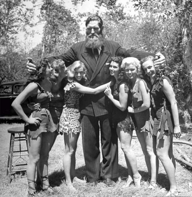 "Йоханн Кристинн Петурссон (""Исландский гигант"", рост - 2,34 м.) 1950 г."