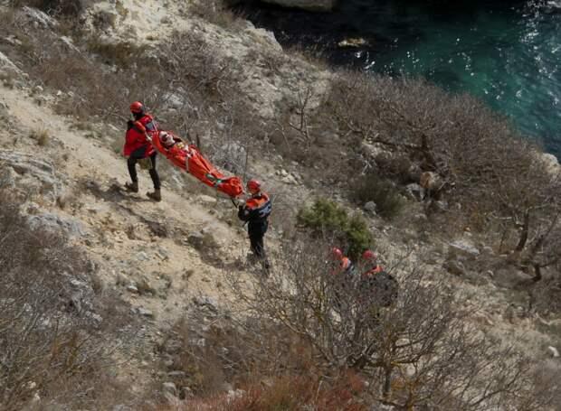 Мужчина разбился насмерть после падения с обрыва в Севастополе