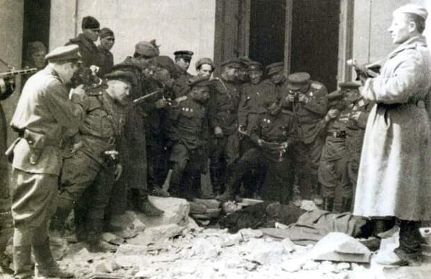 Советские солдаты возле убитого двойника Гитлера. Берлин. Май 1945 года.