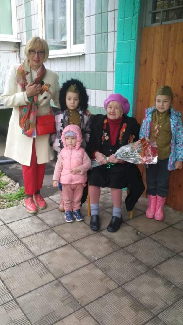 В Лосинке участников Великой Отечественной войны поздравили музыкальными флешмобами во дворах