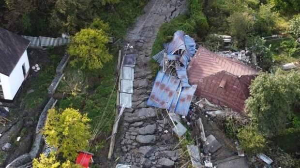 В Сочи из-за оползня «сдвинулось» 20 домов вместе с фундаментом (видео)