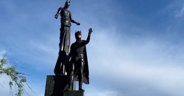 Максим Галкин исполнил гимн самоизоляции в образе Бэтмена