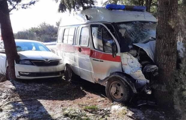 Возле Кореиза легковушка столкнулась с машиной скорой помощи