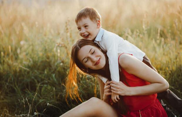 Женщина усыновила ребенка, найденного под деревом. Но через десяток лет она чуть не упала, заметив непрошенного гостя