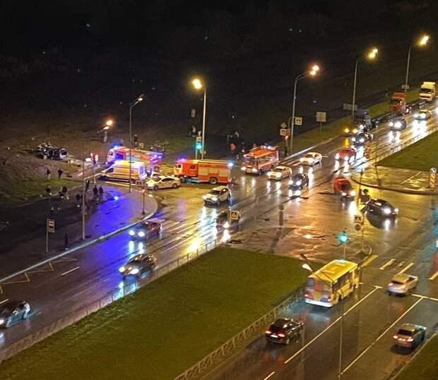 На скорости – в бетон. После полёта под звук клаксона в Петербурге из машины вырезали пострадавшего