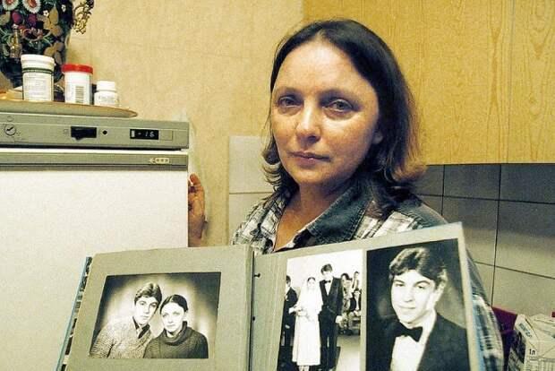 лариса савицкая с альбомом в руках