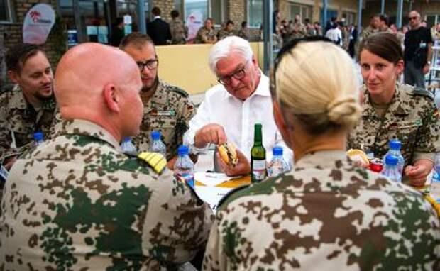 На фото: президент Германии Франк-Вальтер Штайнмайер сидит с немецкими военнослужащими в немецком военном лагере Camp Marmal в Мазари-Шарифе, Афганистан