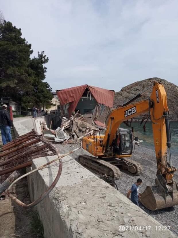 Санаторий Минобороны сносит здание на пляже в Партените