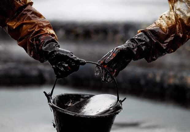 В Твери проводят очистку реки Тьмака от загрязнения нефтепродуктами