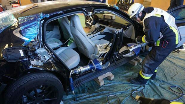 Потренировались на Porsche: пожарные распилили новенькую Панамеру