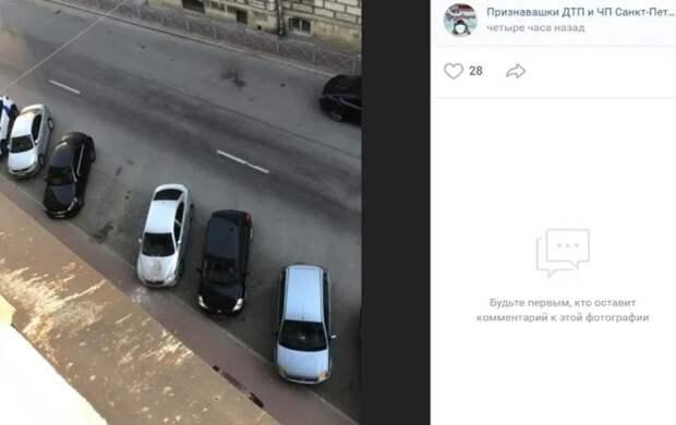 В Адмиралтейском районе Петербурга штукатурка рухнула на капот иномарки
