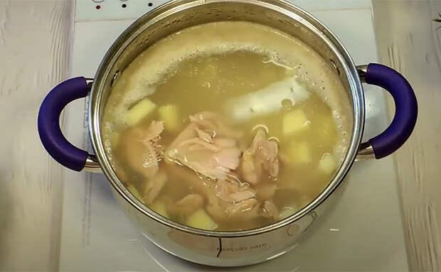 4 порции сырного супа за 113 рублей: в кастрюле есть курица, сыр и овощи