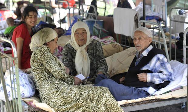 Межэтнические столкновения в Киргизии. Узбеки спасаются бегством.