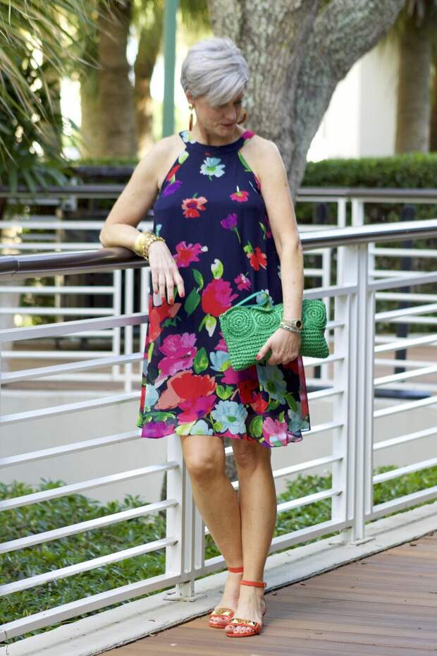 Взрослая леди в платье с цветочным принтом. /Фото: i.pinimg.com