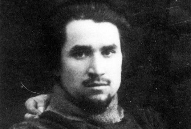 Мирсаид Султан-Галиев — татарский большевик, один из инициаторов создания Татаро-Башкирской Советской Республики. Расстрелян в 1940 году