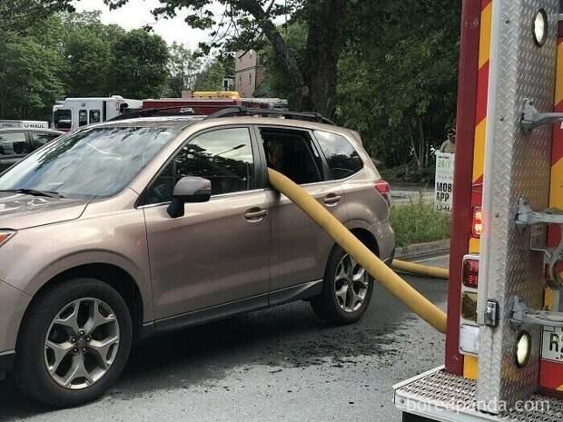 Пожарным пришлось разбить окно машины, чтобы протянуть шланги. Автомобиль не  имел права там парковаться