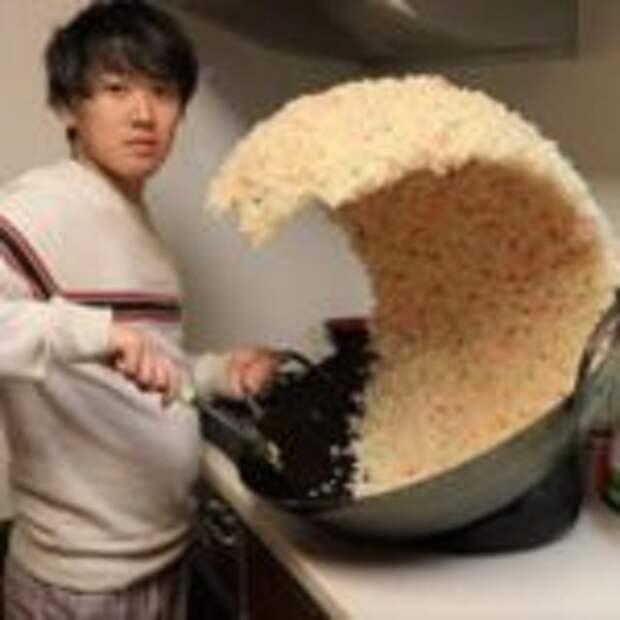 Парень выложил снимок с рисовой волной и случайно поставил начало уморительного фотошоп-баттла