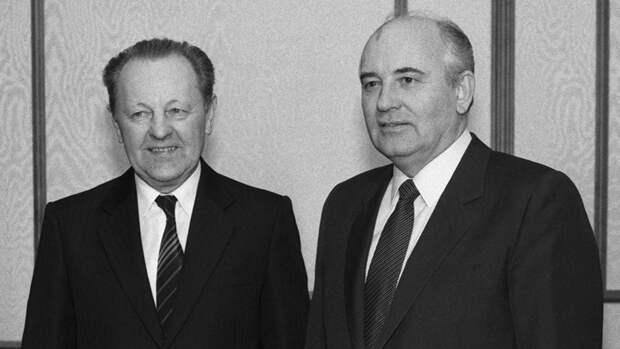 Милош Якеш и Михаил Горбачев во время встречи в Кремле, 1988 год