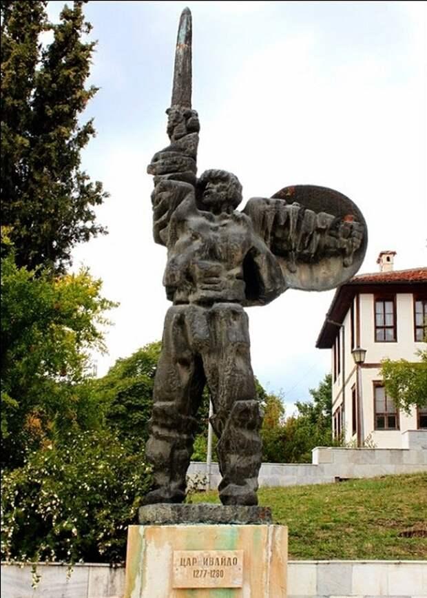 Памятник Ивайло Лахану в Ивайлограде. | Фото: storyfiles.blogspot.com.