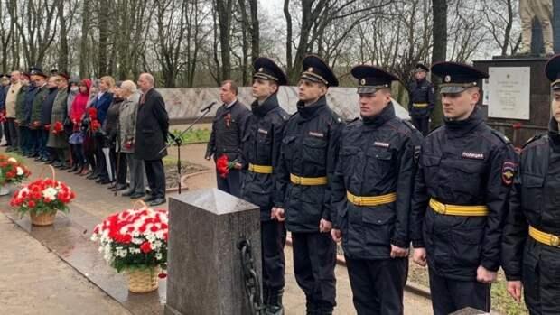 Депутат Вострецов почтил память героев Великой Отечественной войны в Красном Селе