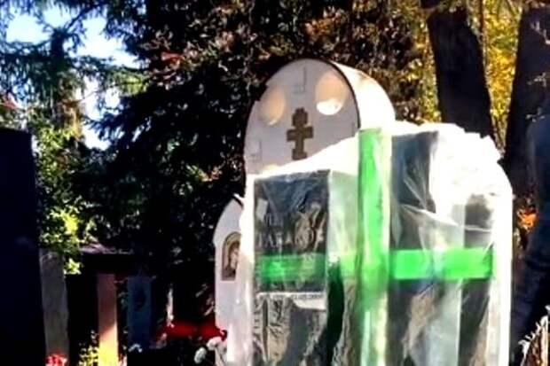 На могилах Табакова и Лужкова установили памятники