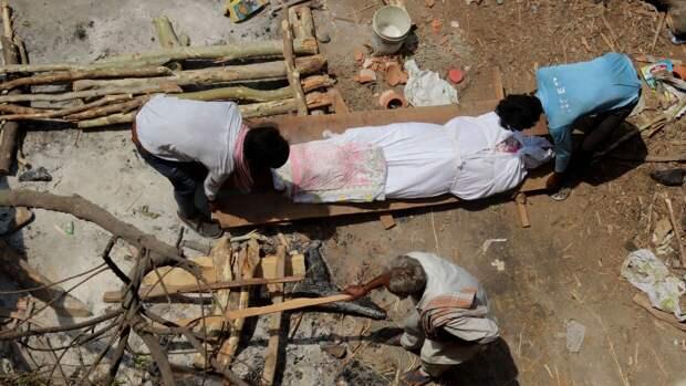Десятки тел скончавшихся от коронавируса обнаружили в индийской реке Ганг