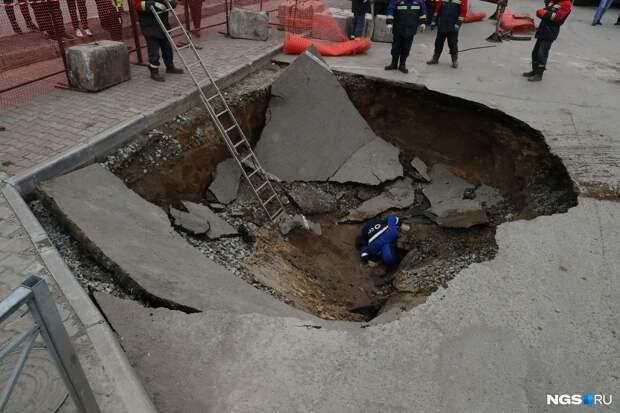 В Новосибирске на две недели сузят дорогу на Фрунзе, где в яму упали две машины