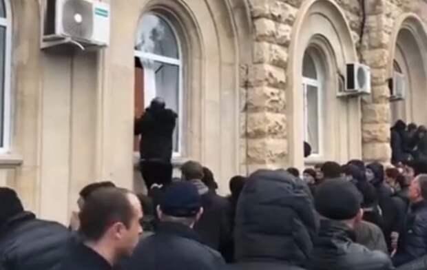 Протестующие в Абхазии выломали двери и ворвались в здание администрации президента