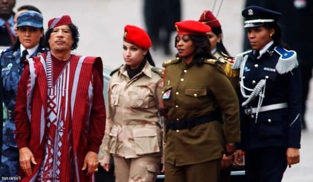 Муаммар Каддафи с охраной