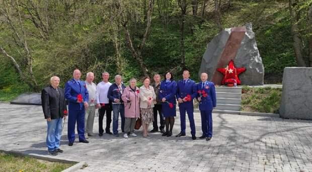 Крымские прокуроры и ветераны возложили цветы к памятнику партизанам на Ангарском перевале