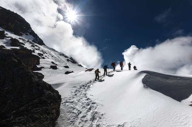 Растопив ледяную корку, солнце обманчиво звало в дорогу. Проваливаясь по колено в снег, мы шли… Шаг за шагом…