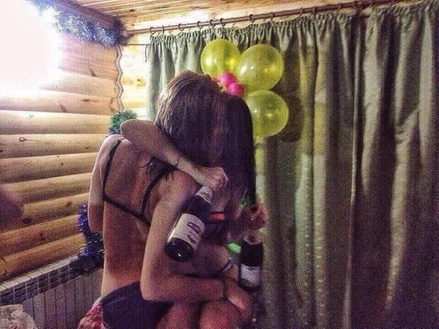 Девушек нельзя отпускать в сауны с подругами: доказательства (20 фото)