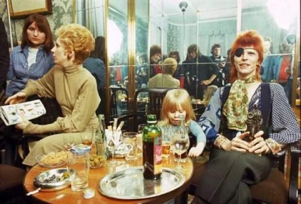 ЭДэвид Боуи с семьёй на пресс-конференции в отеле Amstel в Амстердаме, 1974 год.
