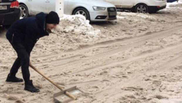 Юнармейцы Подольска очистили от снега дорогу и автостоянку у своей школы