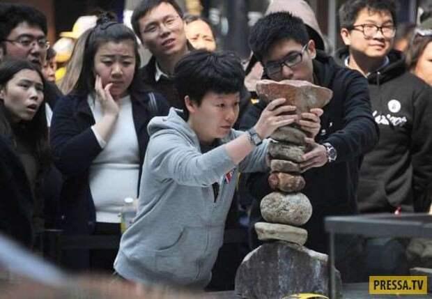 Автомобиль на балансирующем постаменте из камней