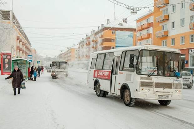 Улица Ленина — центр Воркуты, или «красная линия», как ее называют местные. Здесь расположены основные магазины, учебные заведения, театр, мэрия и здание «Воркутаугля», поэтому днем здесь оживленно