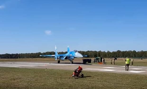 Опубликовано видео с украинским Су-27, сдувающим людей
