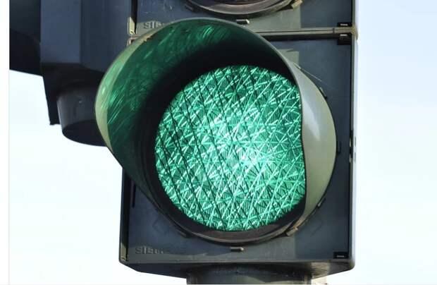 Погнутый светофор на 1-ой Вольской отремонтировали
