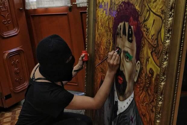Феминистки захватывают федеральное здание в Мехико и используют живопись как оружие