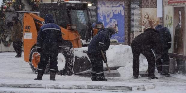 Тротуары во дворе на улице Искры очистили от снега и наледи